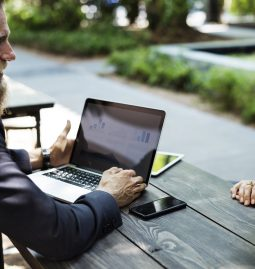 Krawatten und Hoodies – Corporates in der digitalen Transformation bisher nur bedingt im Startup-Modus