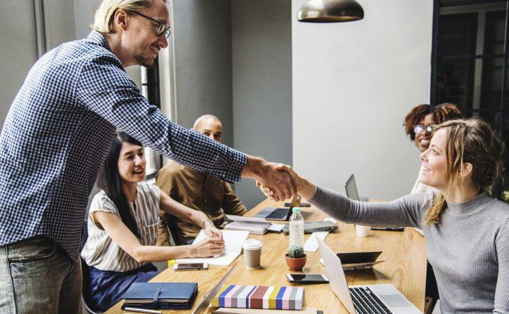 Deutsche Unternehmen nehmen Mitarbeiterentwicklung wichtiger als Innovation